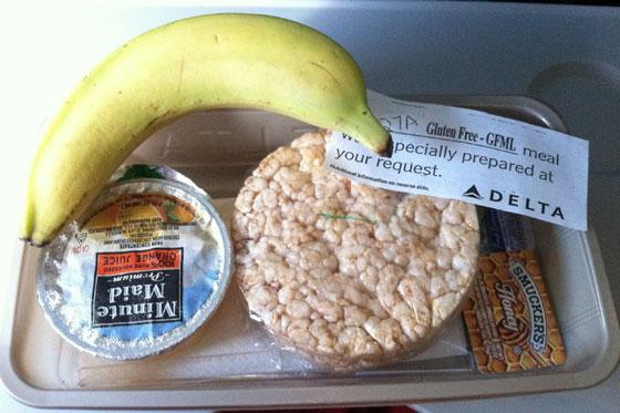 【話題】ANA(全日空)の特別機内食(グルテンフリー)がバナナ1本だったと外国人が怒り©2ch.netYouTube動画>1本 ->画像>53枚